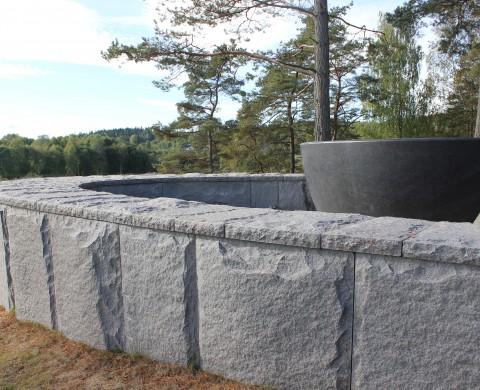 Blockstensmur, Avtäckning & Skulptur